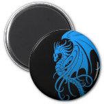 Dragón tribal que vuela - azul en negro imán para frigorifico