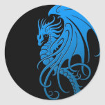Dragón tribal que vuela - azul en negro etiquetas redondas