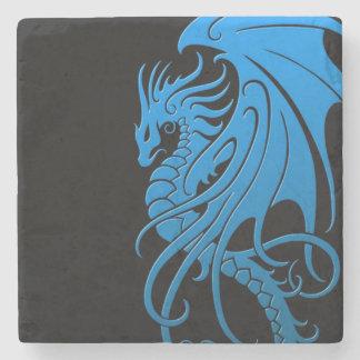 Dragón tribal que vuela - azul en negro posavasos de piedra