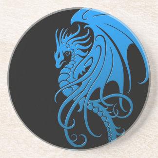 Dragón tribal que vuela - azul en negro posavasos diseño
