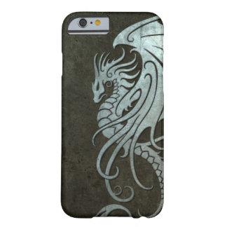 Dragón tribal que vuela - efecto de acero funda de iPhone 6 barely there