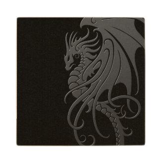 Dragón tribal que vuela - gris en negro posavasos de arce