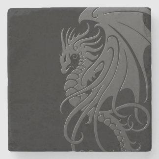 Dragón tribal que vuela - gris en negro posavasos de piedra