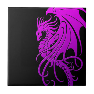 Dragón tribal que vuela - púrpura en negro azulejo cuadrado pequeño