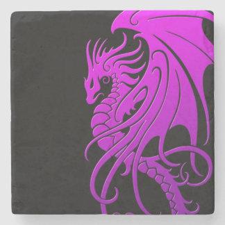 Dragón tribal que vuela - púrpura en negro posavasos de piedra