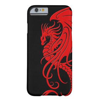 Dragón tribal que vuela - rojo en negro funda de iPhone 6 barely there