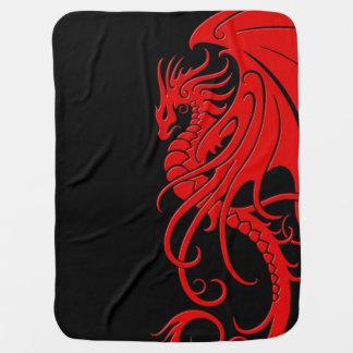 Dragón tribal que vuela - rojo en negro mantas de bebé