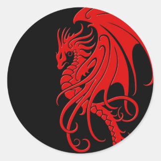 Dragón tribal que vuela - rojo en negro pegatina redonda