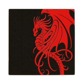 Dragón tribal que vuela - rojo en negro posavasos de arce