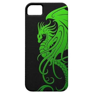 Dragón tribal que vuela - verde en negro iPhone 5 cárcasas