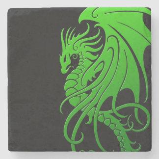 Dragón tribal que vuela - verde en negro posavasos de piedra