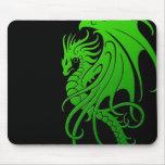 Dragón tribal que vuela - verde en negro tapetes de ratones