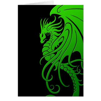 Dragón tribal que vuela - verde en negro tarjeta de felicitación