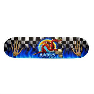 Dragón y cráneo rojos con la llama azul conocida tablas de patinar