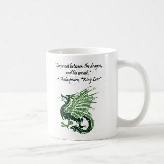 Dragón y su rey Lear Cartoon de Shakespeare de la Taza Básica Blanca