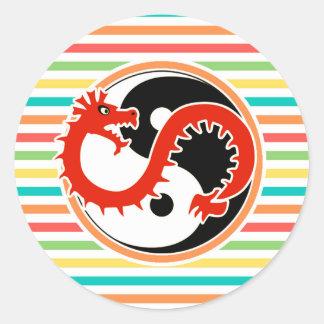 Dragón Yin Yang en rayas brillantes del arco iris Etiqueta Redonda