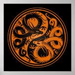 Dragones anaranjados y negros del chino de Yin Yan Posters