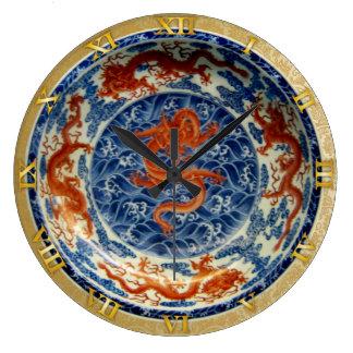 Dragones chinos rojos en el plato azul - reloj