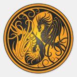 Dragones de Yin Yang del vuelo - amarillo y negro Pegatina Redonda