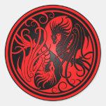 Dragones de Yin Yang del vuelo - rojo y negro Etiqueta Redonda