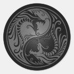 Dragones grises y negros de Yin Yang Etiqueta Redonda