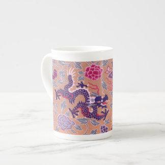 Dragones púrpuras rosados y modelo de flores púrpu taza de porcelana