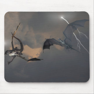 Dragones que luchan en nubes de tormenta tapetes de raton