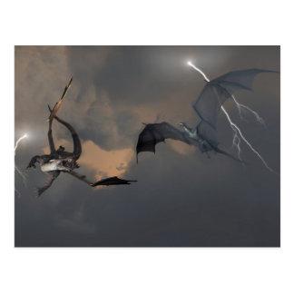 Dragones que luchan en nubes de tormenta postales