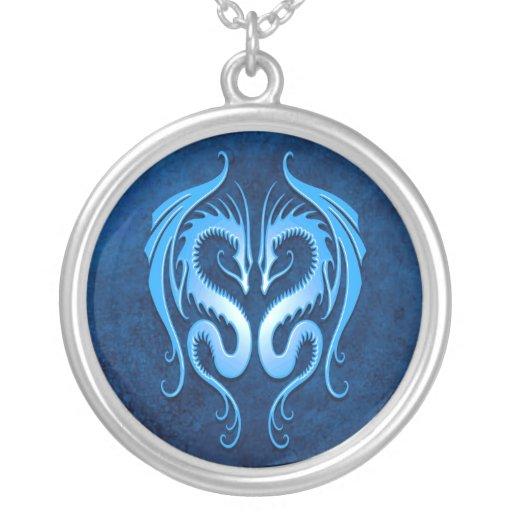 Dragones tribales, azules collar plateado