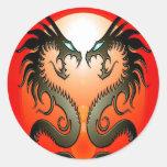 Dragones tribales gemelos etiqueta redonda