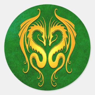 Dragones tribales verde y amarillo pegatinas redondas