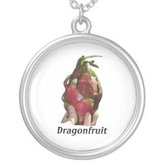 Dragonfruit se sostuvo en dedos con la foto Pitaya Grimpolas