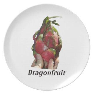 Dragonfruit se sostuvo en dedos con la foto Pitaya Plato De Comida