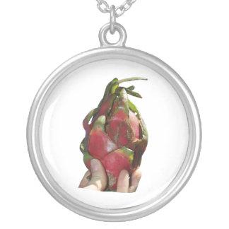 Dragonfruit se sostuvo en foto de los dedos grímpola