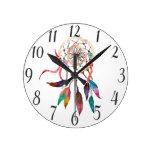 Dreamcatcher bohemio en pintura vibrante de la reloj redondo mediano