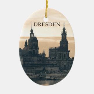 Dresden en la puesta del sol adorno navideño ovalado de cerámica