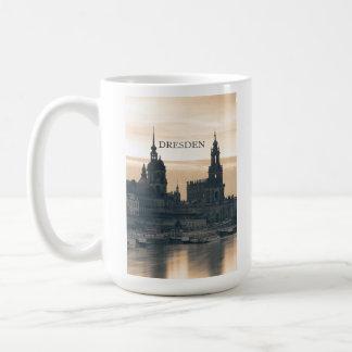 Dresden en la puesta del sol taza clásica