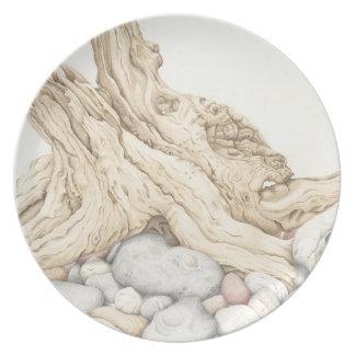 Driftwood y guijarros en placa de la melamina del platos
