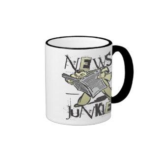 Drogadicto de las noticias taza de dos colores