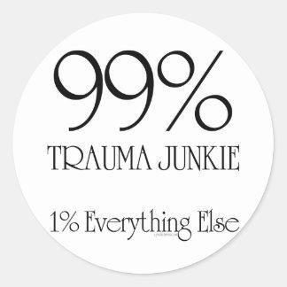 Drogadicto del trauma del 99% pegatina redonda
