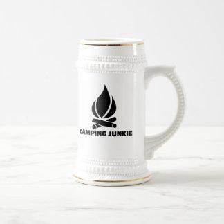 Drogadicto que acampa taza de café
