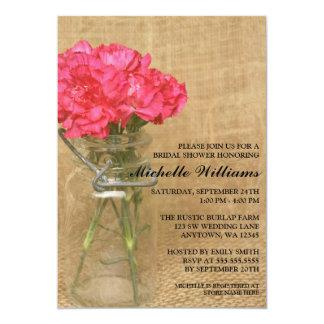 Ducha nupcial de los claveles del rosa del tarro invitaciones personalizada