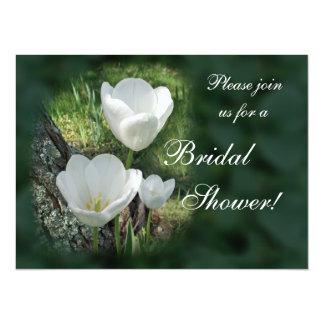 """Ducha nupcial de los tulipanes blancos invitación 5.5"""" x 7.5"""""""