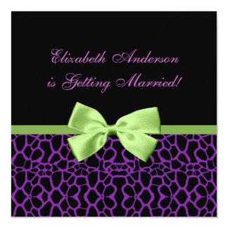 """Ducha nupcial de moda de la jirafa púrpura y negra invitación 5.25"""" x 5.25"""""""