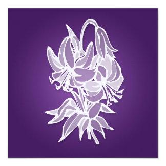 """Ducha nupcial elegante del ramo púrpura del lirio invitación 5.25"""" x 5.25"""""""