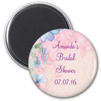 Ducha nupcial floral rosada y azul bonita imán redondo 5 cm