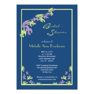 Ducha nupcial moderna de la flor de lis azul púrpu invitacion personalizada