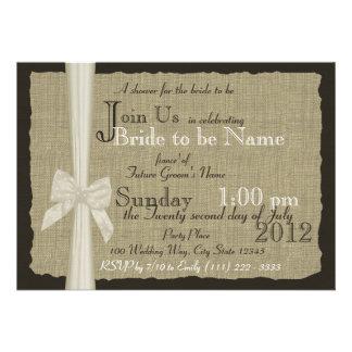 Ducha nupcial rústica del arco y de la arpillera invitaciones personalizada