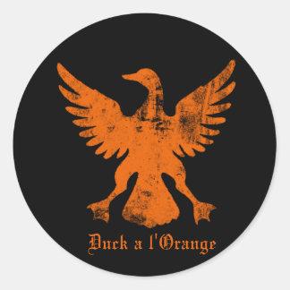 Duck un naranja del l pegatina redonda