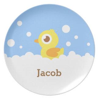 Duckie de goma lindo en el baño de burbujas para platos para fiestas
